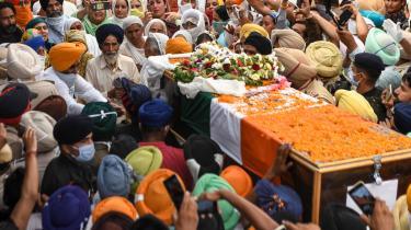 Efter et sammenstød mellem indiske og kinesiske soldater i Himalaya tirsdag har 20 indiske soldater mistet livet. Her ses begravelsesoptoget, hvor de døde soldater mindes.