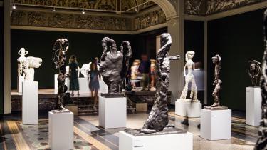 Som de står i Glyptotekets smukke sale, sender Tal R's skulpturer venlige hilsner og nik til den arkæologiske samling, der som bekendt rummer sin egen andel af hybridvæsner fra historiens dyb. Men først og fremmest klarer Tal R's skulpturer sig på egne præmisser, som en flok sære fabelvæsner født af halvvågne drømme.