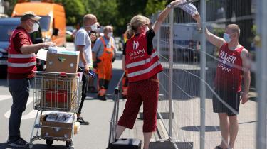 Myndighederne har sat hegn op ved slagteriet Tönnies, og uddeler mad og vand til borgerne, der lige nu er i karantæne.