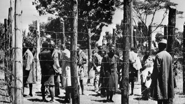 Hvor mange har hørt om de koncentrationslejre, som den britiske kolonimagt gjorde brug af i 1950'ernes Kenya? Da kikuyu-folket krævede stjålne landområder tilbage, blev næsten en million kikuyuer gennet ind i lejre. Tusinder – måske titusinder – af fanger omkom. Nogle døde af sult, andre blev tævet til døde eller brændt levende. I mange år blev historien systematisk tildækket med løgne fra de britiske myndigheder. Men i 2012 opdagede man et arkiv, som det britiske udenrigsministerium indtil da havde gemt af vejen.