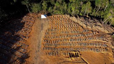 Dette luftfoto viser en kirkegård med gravsteder til personer døde med corona i Manaus, Brasilien - Latinamerikas hårdest ramte land.