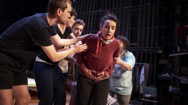Holdet laver improvisationsøvelser for blandt andet at opnå den tryghed mellem skuespillerne, der kan give forestillingen en reel flerstemmighed.