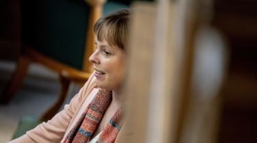 Under tirsdagens samråd i kulturudvalget lagde kulturminister Joy Mogensen (S) sig fladt ned og undskyldte. Det var en fejl at udstede ordren, det var en fejl at kontakte direktørerne i stedet for bestyrelsen, og ministeriet havde ingen instruktionsbeføjelser, skriver Lasse Jensen på lederplads.