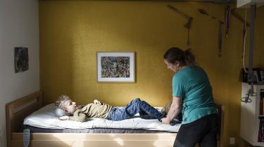 I Danmark har 28 børn muskelsvindsygdommen SMA. Lægemidlet Spinraza har beviste gavnlige effekter for SMA patienter, men i Danmark gives det ikke til børnene, ifølge Medicinrådet, simpelthen fordi det er for dyrt.