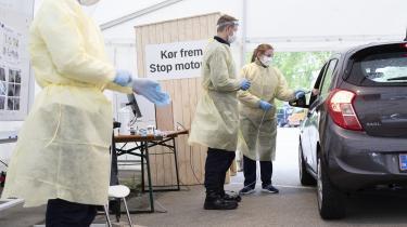 I et telt ved Fælledparken i København bliver patienter testet for corona. Hos Statens Serum Institut anerkender man, at der er en risiko for falske positive, da »ingen test« er 100 procent, når det handler om biologi, men mener, at det er en rent »teoretisk risiko«, som i praksis ikke har nogen betydning i Danmark.