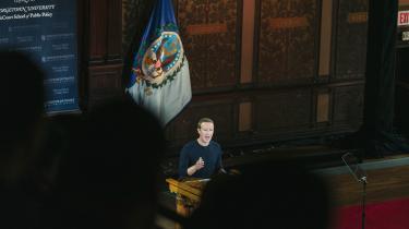 Europa skal svare igen for at bremse techgiganter som Facebooks verdensdominans, mener dagens kronikør. Her taler Facebookstifter Mark Zuckerberg på Georgetown University i Washington.