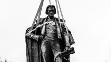 Hvad nu hvis man i en hel by holdt op med at have statuer om fortiden og dens glorværdige foregangsmænd? Måske kunne der blive plads til noget mere futuristisk kunst