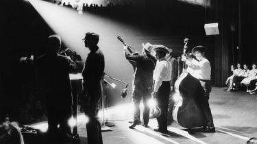 Amerikanske musiker Earl Scruggs spiller med hans band på Grand Ol Opry i Nashville, Tennessee, 1961.