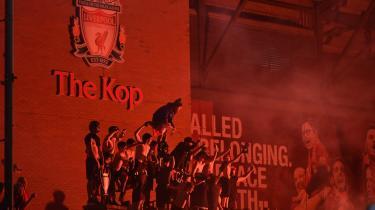 Liverpool-fans fejrer klubbens første mesterskab i 30 år uden for legendariske The Kop på Anfield Road.
