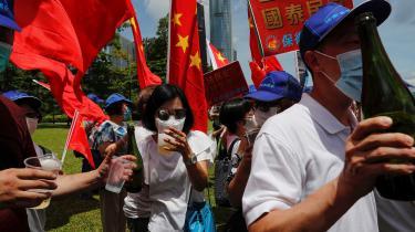 Pro-kinesiske tilhængere i Hongkong fejrede vedtagelsen af den nye sikkerhedslov med champagne.