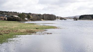 Store oversvømmelser ved Gudenåen i foråret 2020 som følge af klimaforandringerne. 'Lokale borgerting kan være det forum, hvor klimalovens nationale omstillingsmål drøftes åbent i et lokalt perspektiv med henblik på at tilføje dem jordnære nuancer,' skriver de fire talspersoner for Broen til fremtiden i dette debatindlæg