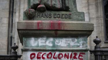 Hans Egede-statue i København er blevet bemalet af aktivister, mens statuer af slavehandlere og koloniherrer i andre lande er blevet revet ned. 'Nedrivningen af monumenterne er, som mange ellers påstår, ikke med til at 'slette historien'. Vi har tværtimod lige nu nogle vigtige samtaler om historien, som forhåbentligt kan bidrage til den antiracistiske kamp,' skriver forfatterne i dette debatindlæg.