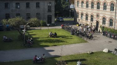 Studerende arbejder i grupper i gården på Københavns Universitet. Ny analyse fra DM viser, at andelen af studerende, som altid, ofte eller sommetider føler sig ensomme, er steget fra 42 til 47 procent sammenlignet med samme tid sidste år.