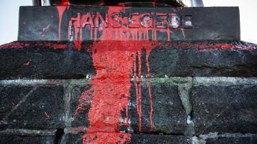 Det kunne være et »statement« at lade malingen sidde på Hans Egede-statuen i Nuuk, mener den grønlandske aktivist og kunster Aka Niviâna – men allerhelst skal den rives ned. Man sletter ikke historien ved at fjerne statuen, siger hun: »Det er ikke sådan, at vi nogensinde glemmer, hvad der skete.«