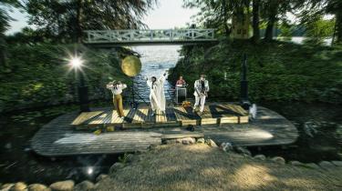 Scenens placering og sommerlysets spejling i vandet skaber en fin, næsten skagenslignende stemning til fortællingen i 'Annas verden'.