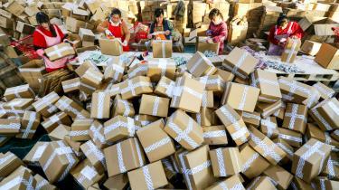 På verdensplan er salget af falske varer en gigantisk, illegal forretning. Ifølge udregninger lavet af OECD og EU's kontor for intellektuelle rettigheder udgør kopiprodukter 3,3 procent af den globale import. Af samme rapport fra sidste år fremgår det, at omkring 80 procent af kopiproduktionen kommer fra Kina – og fodtøj står øverst på listen som den kopiprodukttype, toldere rundtom i verden konfiskerer mest af.