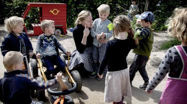 For få pædagoger og for mange børn i de danske institutioner er en af årsagerne til, at færre unge søger ind på pædagog-studiet, mener flere eksperter og pædagogernes fagforening.