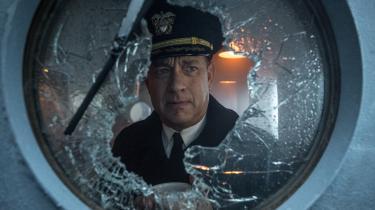 I spændingsfilmen 'Greyhound' spillerTom Hanks den amerikanske kaptajn Ernest Krause, der under Anden Verdenskrighar til opgave at føre en konvoj af handelsskibe sikkert over Atlanten. +