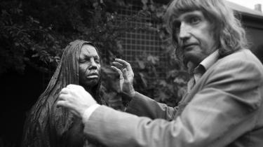 Bent Riis, som er fotograf og bor i Horsens, har deltaget aktivt i debatten om skulpturerne i byens gågade. Han mener ikke, det er konstruktivt, at alle fire skulpturer ifølge ham afspejler den mørke side af menneskelivet. »Man kan ikke bruge den følelse til noget som helst andet end at blive deprimeret over den,« siger han.
