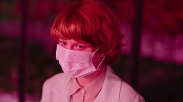 Emily Beecham spiller Alice, der er planteforsker på et laboratorium og arbejder på at skabe en helt ny stamme af røde, smukke blomster, hvis pollen kan gøre deres ejere lykkelige og kurere depression.