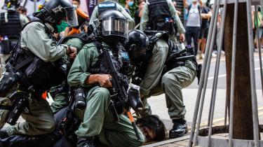 Politibetjente holder en demonstrant nede under en demonstration i Hongkong. Mange regeringer - herunder den amerikanske - ser med stor bekymring på Kinas aktioner i blandt andet Hongkong. Og det er et problem for Kina, for her vil man for alt i verden forhindre en global holdning om Kina som truende, indgribende og aggresiv.