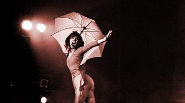Først i 1979 turnerede Kate Bush med den udmattende, kunstnerisk ambitiøse Tour of Life, efter at hun havde taget verden med storm med sit giganthit »Wuthering Heights« og sine to første albummer The Kick Inside og Lionheart. Billedet er fra hendes koncert i København i 1979.