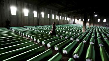 En muslimsk bosnisk kvinde leder efter pårørende i byen Potocari nær Srebrenica. Den dag i dag er der stadig åbne grave, der venter på kister. Processen med at identificere ofrene har været meget langtrukken, og flere mener, at der stadig er uopdagede massegrave.