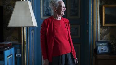 »Engang handlede den offentlige samtale faktisk meget om racisme – i 1980'erne og 1990'erne. Den dominerende konsensus var antiracistisk og hævdede, at mindretal skulle beskyttes mod flertallets diskriminerende tendenser. Dengang advarede dronning Margrethe mod den »danske humor og små dumsmarte bemærkninger« over for dem, der står »famlende over for vort livsmønster og vort sprog«. Det kunne ifølge dronningen føre til »chikane og grovere metoder«. Det var en humanistisk konsensus, som moralsk og politisk forpligtede borgerne på det bedste i os.« skriver Rune Lykkeberg i denne leder.