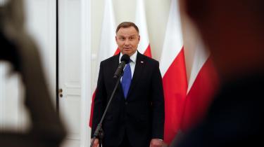 I Bruxelles havde man håbet, at PiS ville blive besejret og et mere liberalt Polen igen komme op til overfladen. Valgsejren til Duda vil nu marginalisere Polen i EU, og det kan få økonomiske konsekvenser. Det ekstraordinære økonomiske boom, Polen har oplevet over de seneste 25 år, har i høj grad været finansieret af EU-midler. Hvis EU lukker for denne pengestrøm, vil Polen løbe ind i økonomiske problemer.