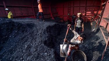 Arbejdere losser kul fra en skib i udkanten af Dhaka i Bangladesh. Ifølge klimabevægelsen Fridays for Future er der planer om at opføre 29 kulkraftværker i Bangladesh med især kinesiske, britiske og japanske selskaber bag.