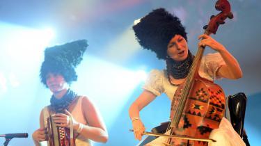 Det ukrainske band DakhaBrakha leverer en blanding af østeuropæiske folkeviser, soul og avantgardeperformance tilsat elementer af jazz, hiphop, landsbydisco og etnomusikalsk cabaret? Hvis det lyder gøglet, er det ikke forkert.