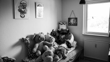 Da Marie var tre år gammel, blev hun tvangsfjernet fra sine forældre. På syv år har hun boet fem forskellige steder. I løbet af den tid har hun udviklet en svær tilknytningsforstyrrelse og angst. Noget af det skyldes formentlig tidlig omsorgssvigt, mens andet kan føres tilbage til de mange skift i barndommen
