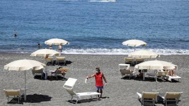På denne årstid ville strandene på Sicilien normalt være tætpakken, men på grund af COVID-19 er der langt færre turister denne sommer, og mange har derfor mistet deres job.