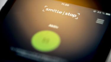 Udenrigsministeriet har forbudt sine medarbejdere at downloade coronasmitteappen – og it-eksperter er enige i, at appens krav om, at Bluetooth hele tiden skal være slået til på mobilen, kan udgøre et sikkerhedsproblem. Men hvor stort, det er for almindelige danskere, er de ikke enige om.