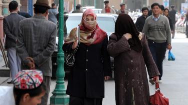 Kina har sat en million muslimske uighurer i koncentrationslejre – uden at dette har udløst nævneværdig protest fra de lande, der førte globale kampagner mod Rushdie, Jyllands-Posten og Charlie Hebdo for at 'krænke muslimers følelser', skriver Nick Cohen i denne klumme