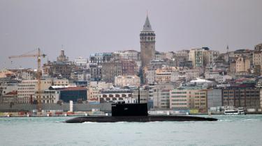 Det sker oftere og oftere, at russiske ubåde sejler via Bosporus til enten den syriske middelhavsby Tartus, hvor Rusland har en permanent flådebase, eller til de nordafrikanske kyster, herunder de libyske.