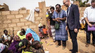 At udviklingsminister Rasmus Prehn (S) kalder sig »solidaritetsminister« klinger underligt hult, når udviklingsbistanden i dag er på det laveste niveau siden 1979. Her ses ministeren under et besøg i Burkina Faso.