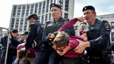 Kampen for frihed på internettet i Rusland foregår ikke kun online. Her anholdes en demonstrant under en aktion for internetfrihed i 2018.