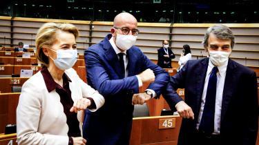 Kommissionsformand Ursula von der Leyen, rådsformand Charles Michel og parlamentsformand David-Maria Sassoli i glad coronahilsen i forbindelse med vedtagelsen af EU-budgettet tidligere på ugen. Nu skal parterne måske tilbage og forhandle videre, efter at Europa-Parlamentet kræver ændringer af aftalen.