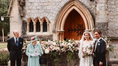 Prins Andrew førte sin datter Prinsesse Beatrice op ad kirkegulvet, men på de officielle billeder fra brylluppet er han ingen steder at finde.