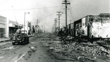 Begivenhederne i Watts i 1965 skaber splid mellem amerikanerne, der på daværende tidspunkt i forvejen er splittede over den amerikanske krigsførelse i Vietnam. Billedet her er fra Watts umiddelbart efter oprørerne.