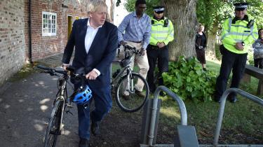Storbritanniens premierminister, Boris Johnson, trækker sin cykel ved Canal Side Heritage Centre, efter at regeringen annoncerede en ny plan, der skal få briter til at cykle.