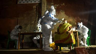En beboer bliver testet for COVID-19 i Kolkata i Indien – et af de lande, der endnu ikke har fået styr på dets smittede.
