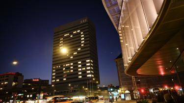 En aften i marts sendte SAS Hotel Royal i København en kærlig hilsen under COVID-19-krisen ved at tænde lys i vinduerne så der fremstår et hjerte. Det er især hoteller, restauranter og virksomheder inden for handel, som har måtte sende tusindvis af ansatte hjem, men det ses også tydeligt i industrien og transportsektoren.
