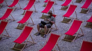 En mand venter på stranden i Avignon i det sydlige Frankrig. Euroområdet er et af de steder, der ser ud til at blive hårdt ramt på økonomien af pandemien.