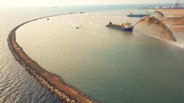 Kinas nye silkevejsprojekt er gigantisk. Kina har indgået samarbejdsaftaler med omkring 130 lande og investeret mere end 600 milliarder kroner i tusindvis af projekter. Som her i Colombo på Sri Lanka, hvor Kina bygger et helt nyt og enormt havneområde som led i en plan, hvor man med investeringer, infrastruktur og 'baser' til lands og til vands hele vejen fra Kina til Europa sikrer sig kontrollen over trafikken.
