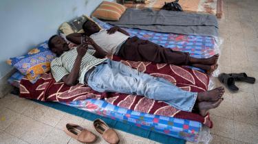 Sudanesere hviler på en skole i den libyske hovedstad Tripoli, efter de er flygtet fra områder i deres hjemland, der er blevet angrebet af sudanesiske regeringstropper.