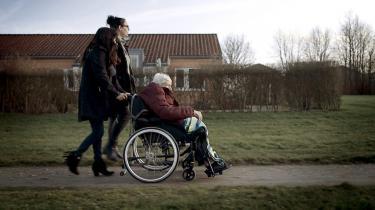TV 2's dokumentar 'Plejehjemmene bag facaden' viser blandt andet med skjult kamera, hvordan 90-årige demenssyge Else Marie Larsen bliver ignoreret, når hun klager over smerter, og må lægge øre til plejepersonalets kommentarer.