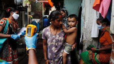 En kvinde testes for COVID-19 i Mumbai-bydelen Dharavi, Asiens største og mest koncentrerede slumområde med over en halv million mennesker på blot 2,3 km².