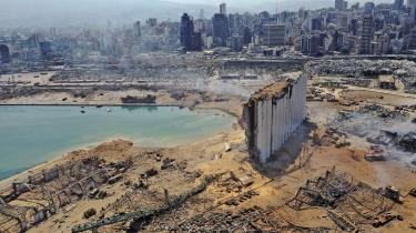 Tirsdagens eksplosion smadrede alt i nærheden af havnen i Beirut. I sidste uge erklærede Red Barnet, at en halv million af Beiruts børn går sultne i seng som følge af coronakrisen, og mange frygter nu, at eksplosionen vil forværre situationen. 85 procent af Libanons korn blev opbevaret i de siloer, der stod ved havnen.